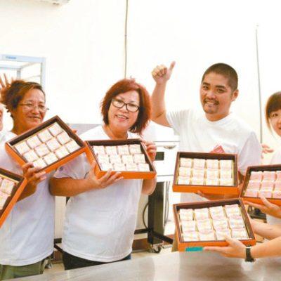 日光小林社區發展協會今年中秋推出全新口感的薑黃酥。 (攝影/記者王昭月)