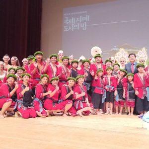 韓國水原廉泰英市長與大滿舞團小演出者合照。